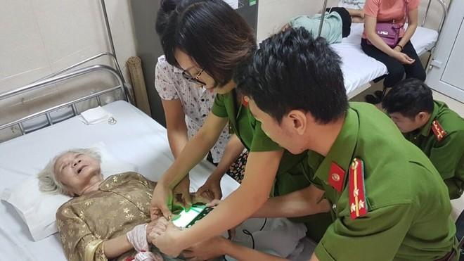 Thiếu tá Nguyễn Thanh Huyền và đồng đội đến bệnh viện cấp căn cước công dân cho cụ bà Đỗ Thị Thảo