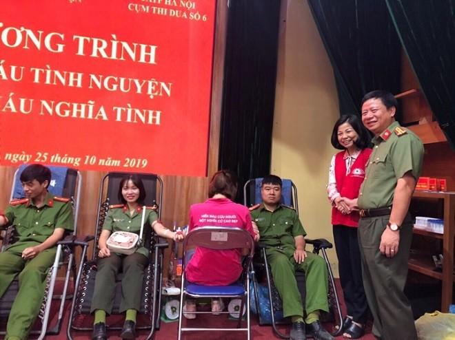 Thượng tá Nguyễn Quốc Dũng, Phó Trưởng Công an quận Thanh Xuân cùng đại diện Hội Chữ thập đỏ quận chúc mừng cán bộ chiến sỹ tham gia hiến máu