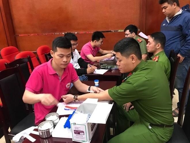 Nhiều cán bộ chiến sỹ đến từ rất sớm để đăng ký hiến máu