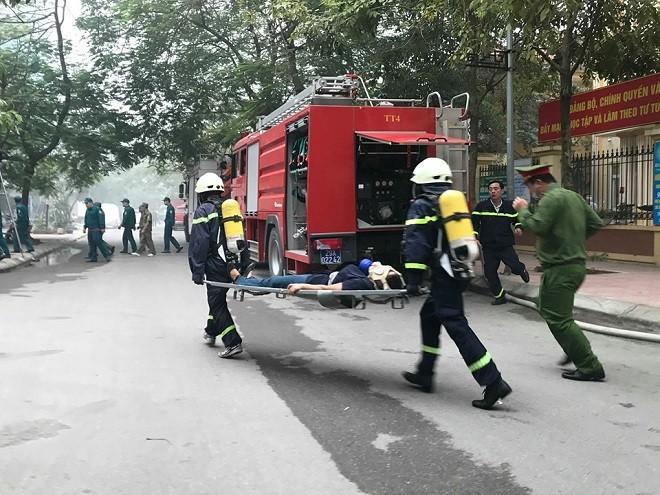 Người mắc kẹt trong đám cháy được lực lượng cứu nạn đưa ra bên ngoài an toàn