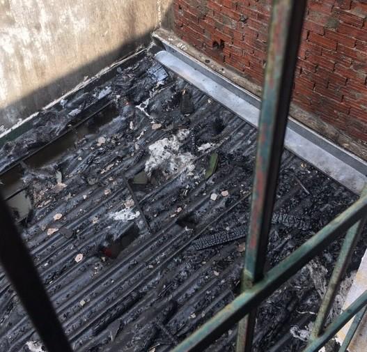 Một ngôi nhà bị lửa thiêu rụi