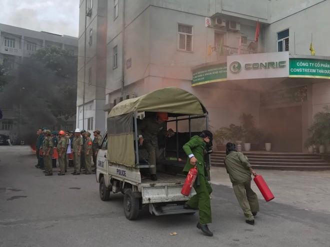 Tình huống cháy xảy ra tại một khu chung cư trên địa bàn phường Láng Thượng