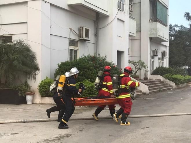 Các CBCS đưa nạn nhân bị ngạt khói ra khỏi vùng nguy hiểm