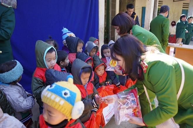 Cán bộ chiến sỹ Công an Thủ đô với trẻ em mảnh đất địa đầu Tổ quốc