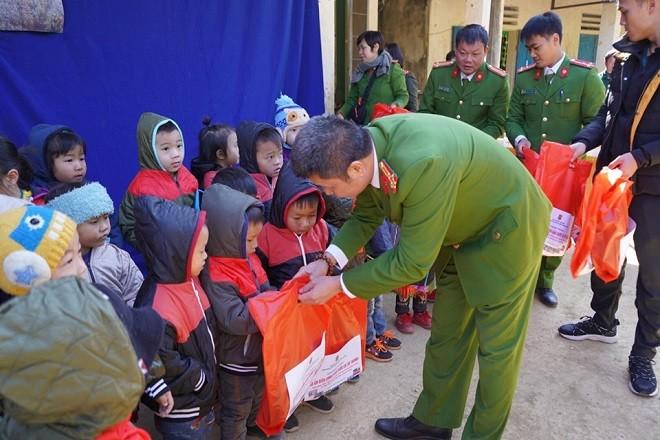 """Chương trình """"Áo ấm biên cương, nâng bước em tới trường"""" của cán bộ chiến sỹ Phòng Cảnh sát điều tra tội phạm ma túy, Công an thành phố Hà Nội"""