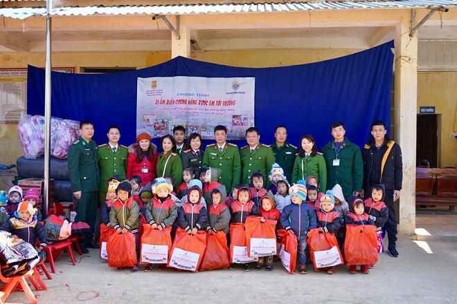 Những chiếc chăn ấm được gửi tặng đến các cháu nhỏ, để bớt đi phần nào giá lạnh của vùng núi cao, cho các cháu bền lòng hơn với hành trình đi tìm cái chữ