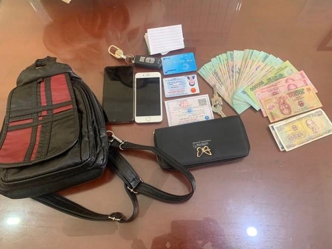 Chiếc túi chứa nhiều tiền và tài sản quan trọng của người dân đánh rơi bên vệ đường
