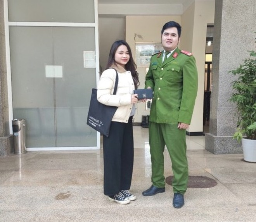 Công an phường Kim Giang tìm và trả lại tài sản bị đánh rơi cho cô sinh viên trẻ