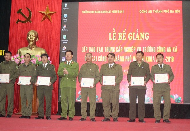 Trung tá, TS. Phạm Tuấn Hiệp, Phó hiệu trưởng Trường Cao đẳng Cảnh sát nhân dân 1 trao bằng tốt nghiệp cho các học viên...