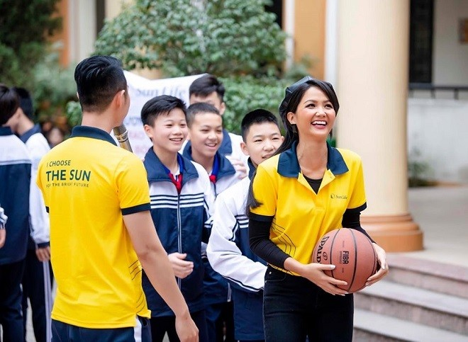 Đại sứ thương hiệu Sun Life Hoa hậu H'Hen Niê cùng các em học sinh chơi bóng rổ