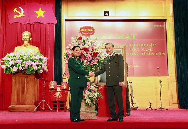Bộ trưởng Tô Lâm tặng hoa chúc mừng Bộ trưởng Ngô Xuân Lịch nhân kỷ niệm 75 năm Ngày thành lập QĐND Việt Nam