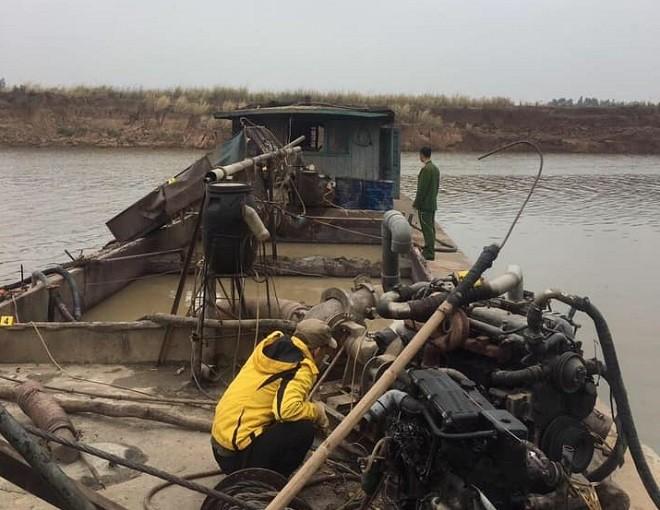 Lực lượng công an phát hiện một tàu khai thác cát trái phép