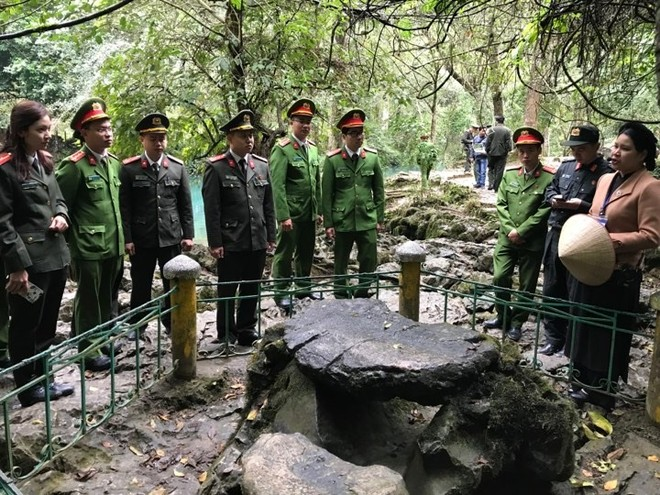 Đoàn công tác thăm bàn đá nơi Bác Hồ từng làm việc