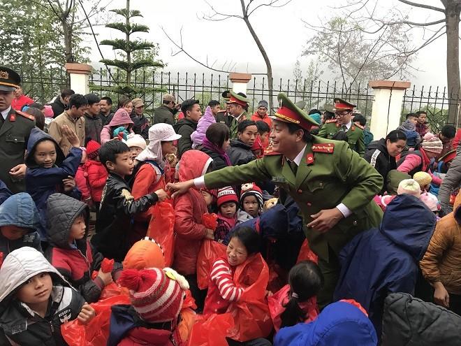 Hơn 200 suất quà được Công an Thủ đô vượt dốc, băng đèo mang đến cho trẻ thơ ở xã Hưng Đạo