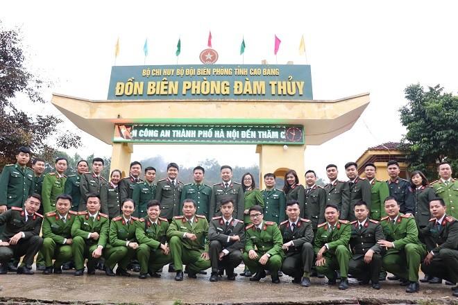 Đoàn công tác chụp ảnh lưu niệm tại Đồn Biên phòng Đàm Thủy
