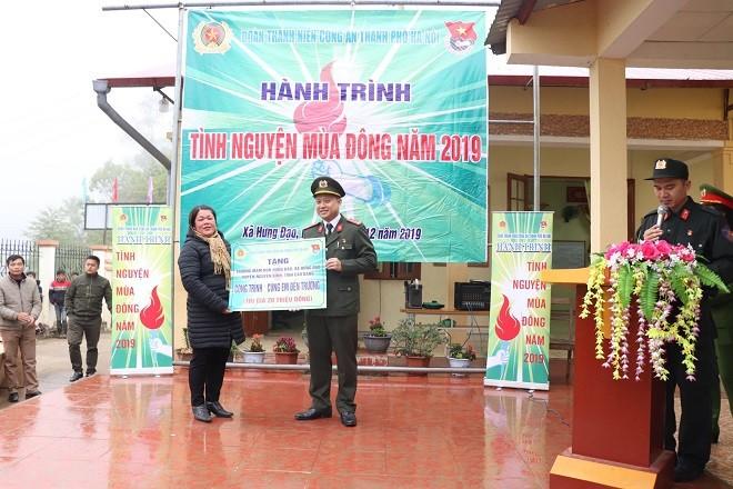 Đại úy Bùi Mạnh Hùng - Bí thư Đoàn Thanh niên Công an thành phố Hà Nội trao quà tặng cho cô trò hai trường Mầm non và Tiểu học xã Hưng Đạo
