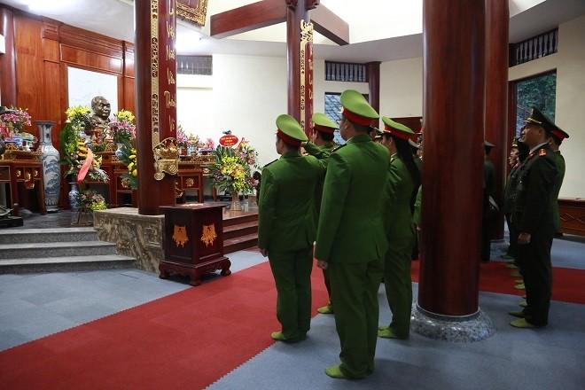 Đoàn Thanh niên Công an thành phố Hà Nội dâng hoa tại Khu di tích Rừng Trần Hưng Đạo