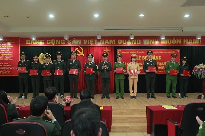 Đại diện 114 học viên nhận bằng tốt nghiệp