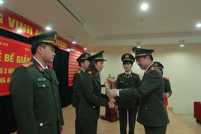 Các học viên có thành tích xuất sắc trong quá trình học tập được tặng giấy khen của Giám đốc Học viện An ninh nhân dân