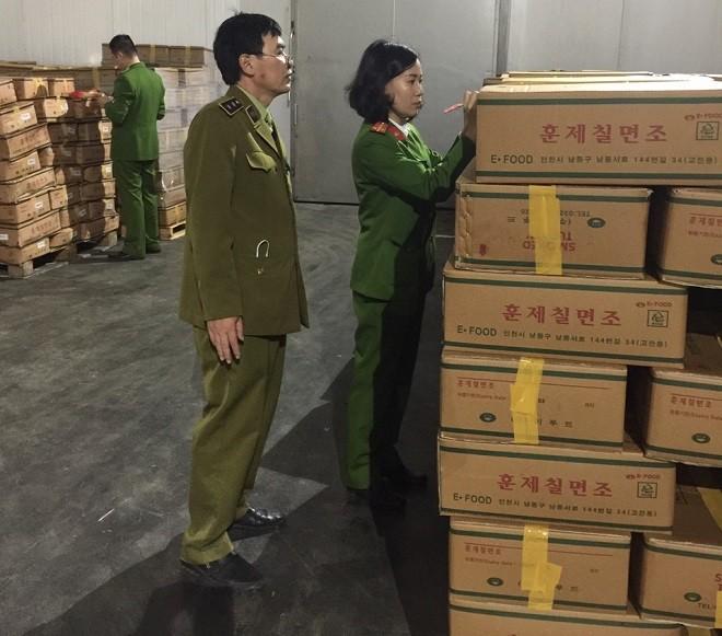 Lực lượng chức năng kiểm tra kho lạnh tại huyện Mê Linh
