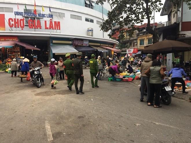Đoàn Thanh niên Công an quận Long Biên ra quân đảm bảo trật tự an toàn, văn minh đô thị tại khu vực cổng chợ