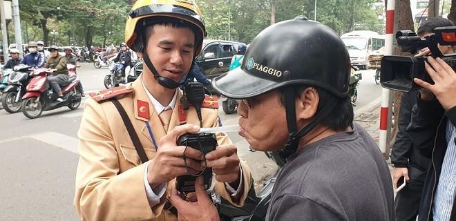 Lực lượng CSGT Hà Nội kiểm tra nồng độ cồn các lái xe
