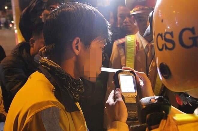 Lực lượng CSGT Hà Nội kiểm tra nồng độ cồn
