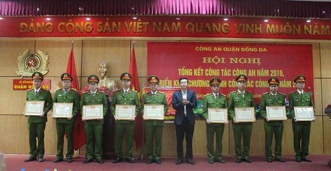 Đồng chí Đặng Việt Quân, Phó Bí thư quận ủy, Chủ tịch HĐND quận Đống Đa trao tặng danh hiệu Chiến sỹ thi đua toàn lực lượng của Bộ trưởng Bộ Công an cho 9 cán bộ chiến sỹ Công an quận Đống Đa