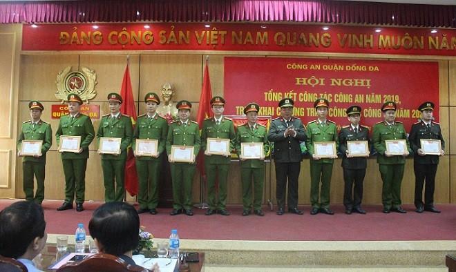 Các đơn vị của Công an quận Đống Đa đón nhận danh hiệu Đơn vị quyết thắng