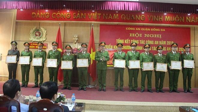 Đại tá Võ Hồng Phương, Trưởng Công an quận Đống Đa trao khen thưởng của Bộ trưởng Bộ Công an cho các cán bộ chiến sỹ