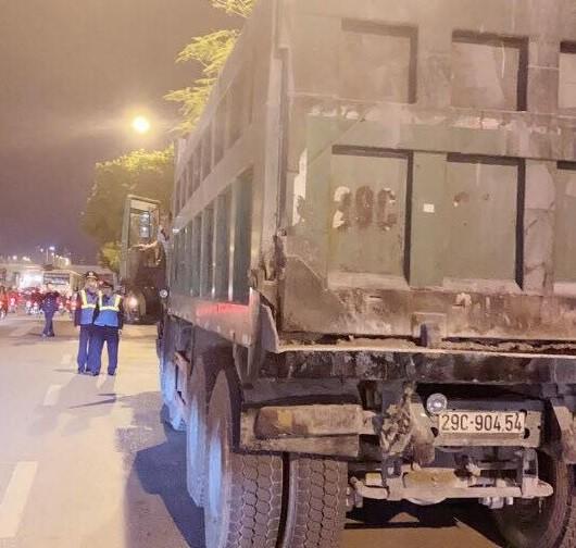 Một số xe tải chở vật liệu không che chắn bị xử lý
