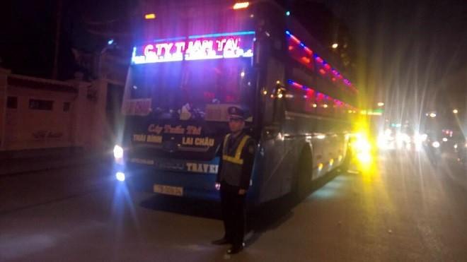 Lực lượng chức năng kiểm tra xử lý các phương tiện xe khách vi phạm