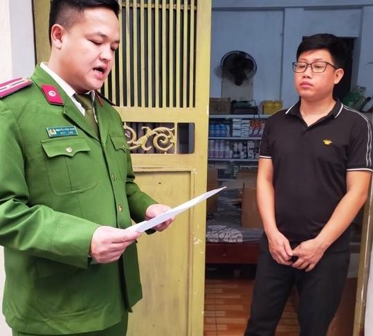 Lực lượng công an tiến hành khám xét nơi ở của Thông