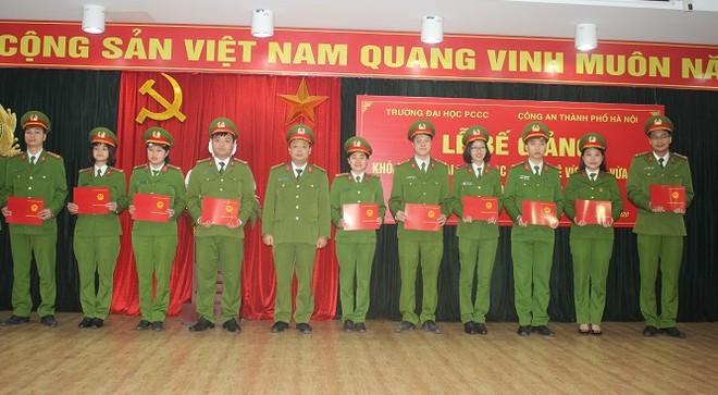 Thượng tá, Tiến sỹ Nguyễn Thanh Hải- Phó hiệu trưởng Trường Đại học PCCC trao bằng tốt nghiệp cho các học viên