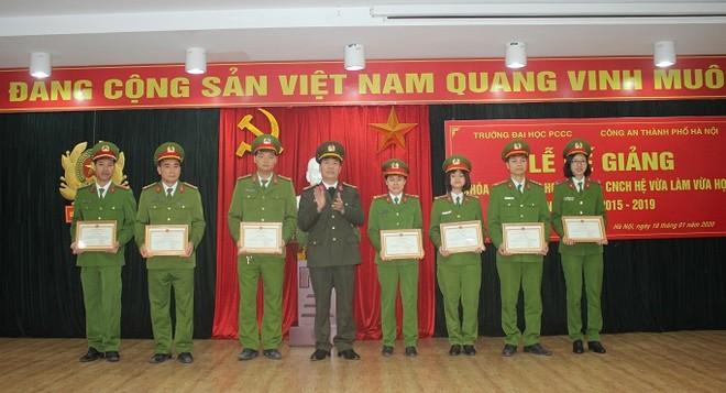 Thượng tá Nguyễn Ngọc Xê, Giám đốc Trung tâm Bồi dưỡng và huấn luyện nghiệp vụ, Công an thành phố Hà Nội trao khen thưởng cho các học viên có thành tích xuất sắc