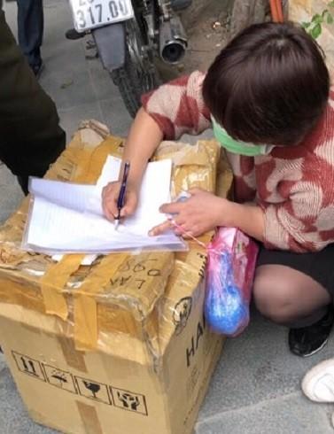 Một số người bán rong khẩu trang y tế với giá 200.000 đồng/hộp bị xử lý