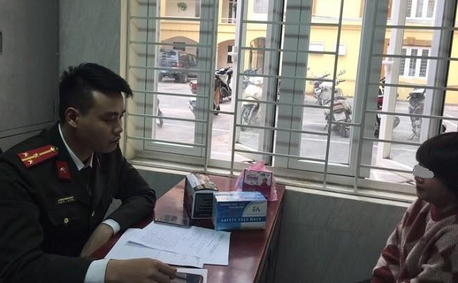 Cán bộ CAQ Thanh Xuân làm việc với cá nhân, chủ quầy thuốc có hành vi nâng giá bán khẩu trang y tế cao gấp nhiều lần