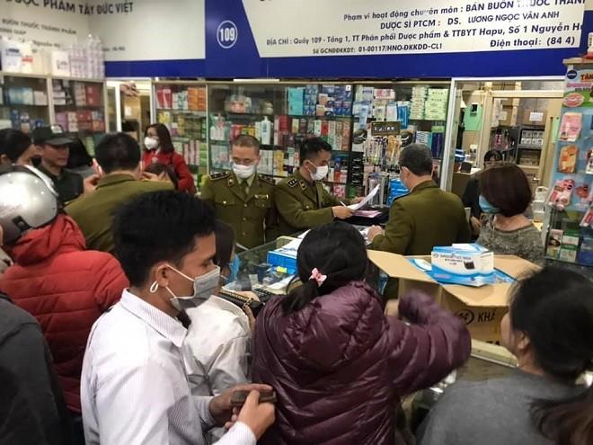 Lực lượng chức năng tiến hành kiểm tra nhiều cửa hàng ở chợ thuốc