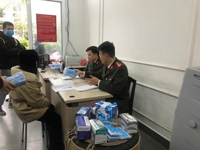 Lực lượng Công an quận Thanh Xuân làm việc với người đứng ra nhận lô hàng khẩu trang không có giấy tờ