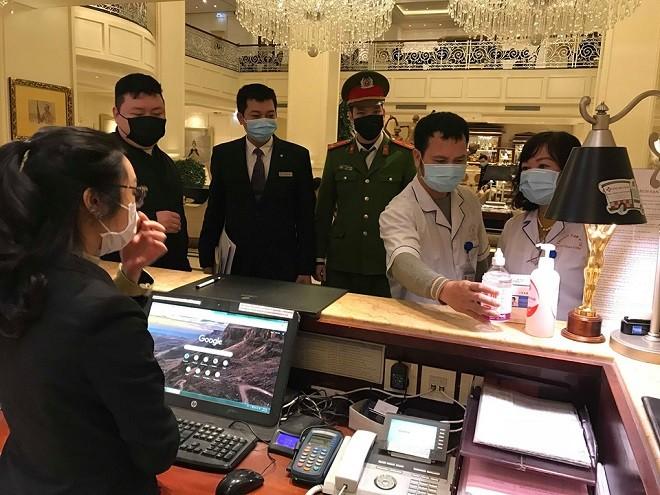 Lực lượng chức năng phường Hàng Trống hướng dẫn nhân viên lễ tân tại các khách sạn công tác phòng dịch