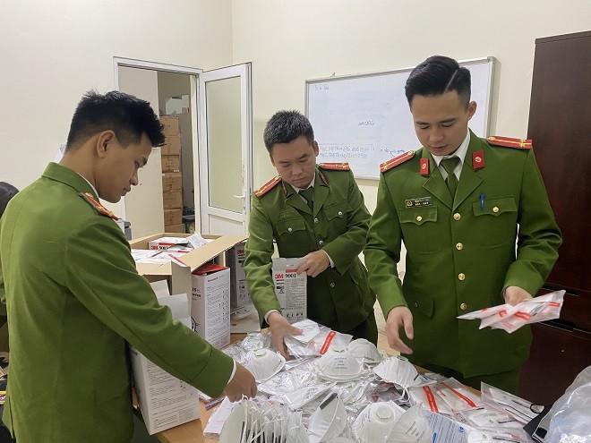 Lực lượng công an kiểm đếm lô khẩu trang do nước ngoài sản xuất