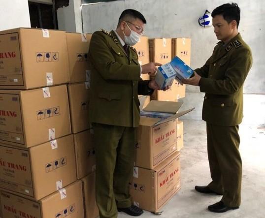 Lực lượng QLTT kiểm tra lô khẩu trang được người Trung Quốc thu gom