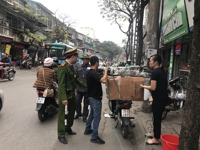 Công an phường Phương Mai thường xuyên tuyên truyền, nhắc nhở người dân không lấn chiếm vỉa hè, lòng đường