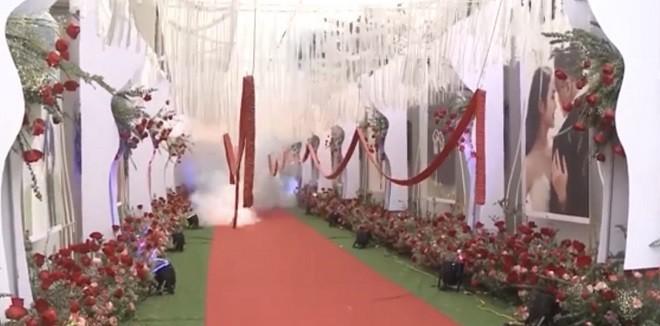 Bên trong rạp cưới cũng được treo những dải pháo dài hàng chục mét