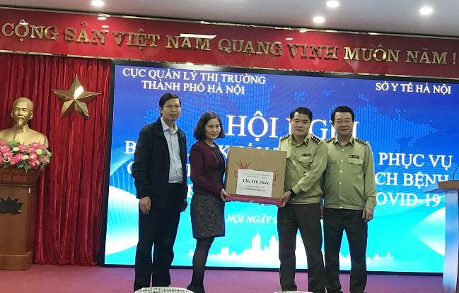 Đại diện Cục QLTT Hà Nội và Sở Y tế bàn giao, tiếp nhận 126.116 chiếc khẩu trang y tế để phục vụ công tác phòng dịch