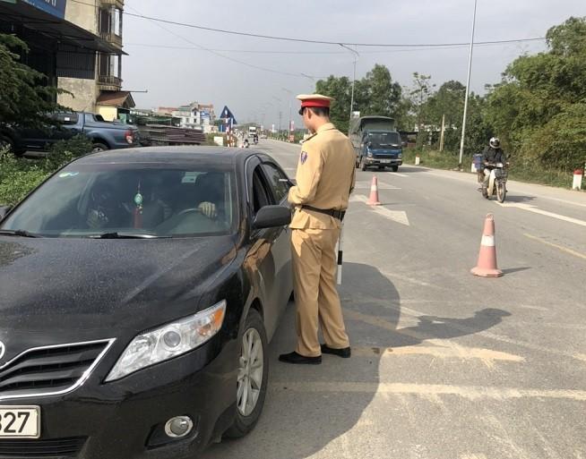 Lực lượng CSGT kiểm tra nồng độ cồn một tài xế điều khiển xe ô tô