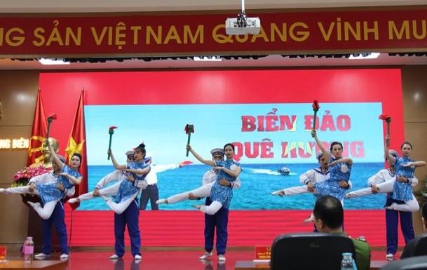 Tiết mục nghệ thuật ca ngợi biển đảo quê hương, được các đoàn viên thanh niên CAQ Long Biên thể hiện