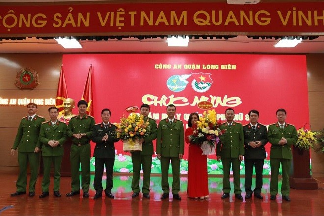 Ban chỉ huy Công an quận Long Biên tặng hoa chúc mừng Đoàn Thanh niên và Hội Phụ nữ của đơn vị