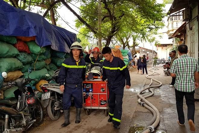 Lực lượng PCCC và CNCH tổ chức dập lửa và đưa các nạn nhân ra ngoài