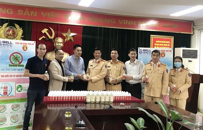 Đại diện Báo ANTĐ, Công ty TNHH Bell Đức trao hơn 2.000 chai nước rửa tay sát khuẩn cho Phòng CSGT Công an Hà Nội